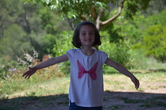 Little girl, Natural Park of Collserola, Barcelona, 2016 (heraldeixample) Tags: barcelona park espaa de spain natural bcn catalonia nia catalunya years nena catalua catalogna espanya catalogne parc girl little 3 old parque natural anos aos albertdelahoz ans heraldeixample anys collserola