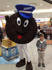 Lucas and Oreo-man (Dushan and Miae) Tags: biscuit oreo {vision}:{people}=099 {vision}:{face}=099 {vision}:{text}=0523 {vision}:{outdoor}=0719
