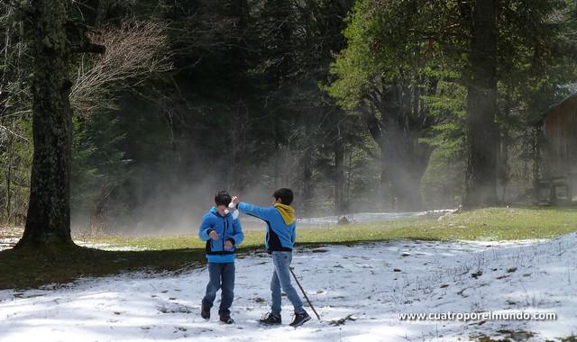Jugando con la nieve mientras nos rodean nubes de vapor