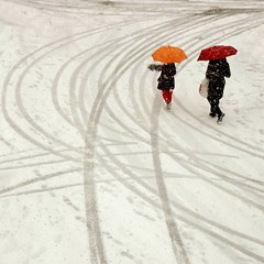 arancio e rosso (archifra -francesco de vincenzi-) Tags: street schnee red italy orange rot umbrella square rouge rojo italia neve rosso naranja paraguas  arancio ombrello carr  parapluie  molise isernia  nieves regenschirm             ilneige   archifraisernia francescodevincenzi