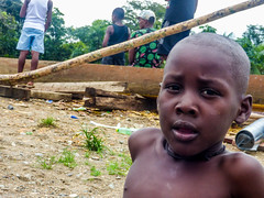 Look out! (felipebeatle) Tags: river kid eyes colombia child skin afro choc