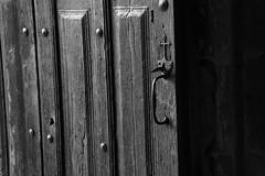 Porte (Pi-F) Tags: france texture lumire eglise bois serrure conques aveyron gache
