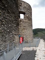 Burg Landshut bei Bernkastel-Kues (onnola) Tags: tower castle wall germany deutschland ramp ruin machine coke ruine cocacola railing turm vending burg automat mauer rheinlandpfalz landshut gelnder burgruine rampe bernkastelkues getrnkeautomat rhinelandpalatinate hhenburg bernkastelwittlich
