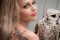Vgelchen (Godwi_) Tags: portrait birds animals tattoo birdie tiere portrt tattoos blond owl frau vgel mdchen vogel longeared eule ttowierung waldohreule