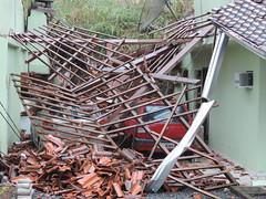 Urgente: Fotos de um grave #deslizamento nesta manh no bairro Escola Agrcola em #Blumenau. (JAIME BLUMENAU SC) Tags: blumenau deslizamento defesacivil blogdojaime