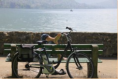 Se reposer ... (Have a rest ...) (Larch) Tags: vélo bike annecy hautesavoie france rhônealpes lac lake banc bench cycliste biker eau water mai may sport lacdannecy thegalaxy pied foot