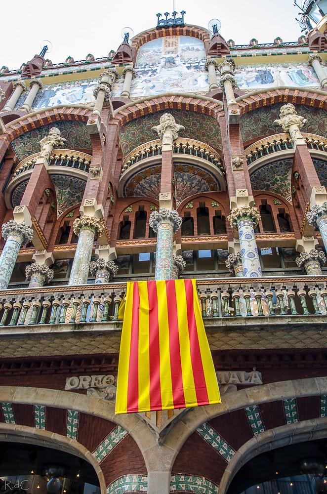 la joya de la corona rosa de cyan tags barcelona escultura fachada modernismo