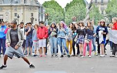 2013-06-22 -  Fontaine Saint-Michel (P.K. - Paris) Tags: street people paris june juin dance candid 2013 photosderue gensdanslarue