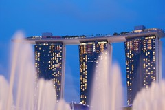 Fountain on Marina Bay (julien. H) Tags: pictures street blue winter light summer sky france color reflection fountain architecture night marina canon point photography eos bay photo spring singapore asia long exposure noir day view photos perspective picture bleu exposition reflet ciel hour singapour asie bays vanishing nuit heure fontaines fountaines 60d foutaine marinabaysandshotel