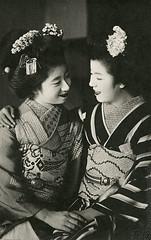 Momotaro and friend (rosarote) Tags: cute japan kyoto maiko geiko geisha vintagepostcard    gion taisho momotaro   bijin  kanzashi   momotarou  gionkobu   birabira
