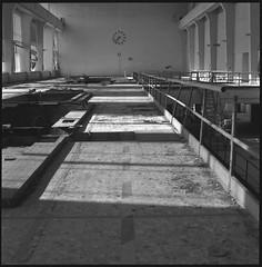 (Luca Tabarrini) Tags: blackandwhite bw abandoned film analog darkroom mediumformat square hc110 places analogue fullframe 100asa biancoenero 120mm pellicola hasselblad500cm ilforddelta100 stanze analogico cameraoscura medioformato carlzeissplanart lucatabarrini