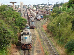 16289 Ptio de Uberlndia MG. Na Linha 1 trem X743 com BB40-2 #6502 + DDM45 #860; na Linha 2 trem J170 com BB40-2 #8146 + 6503 + DDM45 #837; na Linha 4 trem Y501 com BB40T #4813 + BB40-2 #6511; na Linha 5 as U20C #2527 + U20 #3845 (Johannes J. Smit) Tags: brasil vale trens fca vli