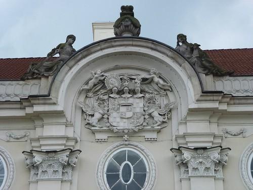 Kartusz herbowy w tympanonie portyku pałacu Schaffgotschów w Cieplicach Śląskich-Zdrój