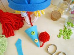 Perfure o chapéu com uma agulha, passe a linha do pompom por dentro e dê um nó. (Ateliê Bonifrati) Tags: birthday carnival party cute colors diy craft carnaval festa aniversário template tutorial pap molde pompom passoapasso bonifrati
