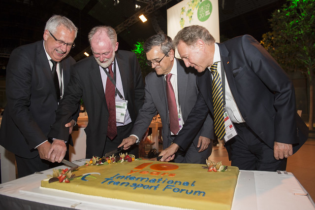 Hans Christian Schmidt, Jack Short, José Viegas and Norbert Barthle cut the cake
