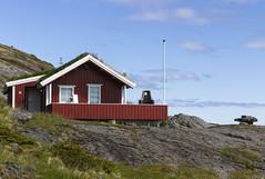 De l'autre côté des rochers, l'océan. (Larch) Tags: roof light red cloud house lamp grass norway rock rouge lampe seaside lumière nuage maison toit rocher hospitality herbe norvège borddemer hospitalité toitvégétalisé