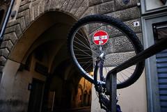 parcheggio selvaggio (g_u) Tags: red florence firenze rosso gu arco ugo segnale ruota bicicletta divieto piazzadelpesce