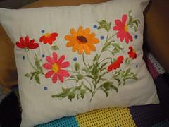 Bordado - Almofada bordada - Embroidery (Eun Wa) Tags: flowers flores handmade flor artesanato pillow pillowcase almofada agulha bordado agulhas handembroidery feitoamo bordando bordadolivre bordadomo almofadabordada feitocomasmos