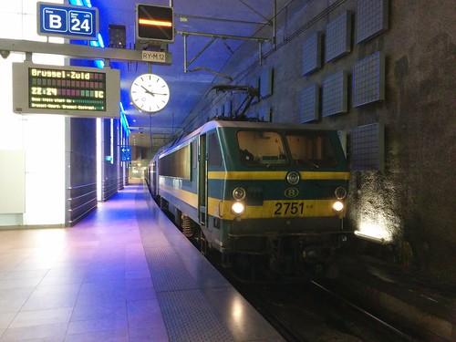 HLE 2751 + M6 in Antwerpen-Centraal