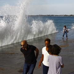 Eviter la vague (jchaffaux) Tags: mer bretagne vague saintmalo mare