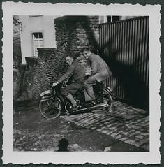 Archiv E 842 Motorradfreunde in Solingen, 1930er (Hans-Michael Tappen) Tags: 1930s outfit outdoor motorcycle motorrad kleidung knickerbocker krad 1930er soziussitz archivhansmichaeltappen