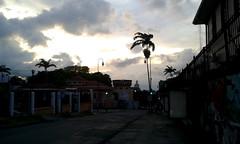 Sunset at Cuesta de Moras/Atardecer en Cuesta de Moras (vantcj1) Tags: muro postes atardecer arquitectura edificios cielo nubes bandera urbano patrimonio