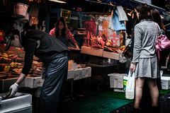 Hommes, femmes, poissons et poissonnires (www.danbouteiller.com) Tags: japan japon japanese japonais tokyo ginza tsukiji fish market march au poissons asia asian asiatique japonia city ville urban photoderue photo de rue street streetscene streetlife streets streetshot woman legs shop shops