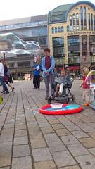 Kind im Rolli macht Seifenblasen am Hackeschen Markt