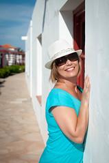 El sombrero (Photo Brown) Tags: portrait woman sun luz girl beauty smile face sunglasses night 35mm nikon natural bokeh retrato fuerteventura naturallight canarias desenfoque gafas sonrisa sombrero canary mirada canaryislands d90