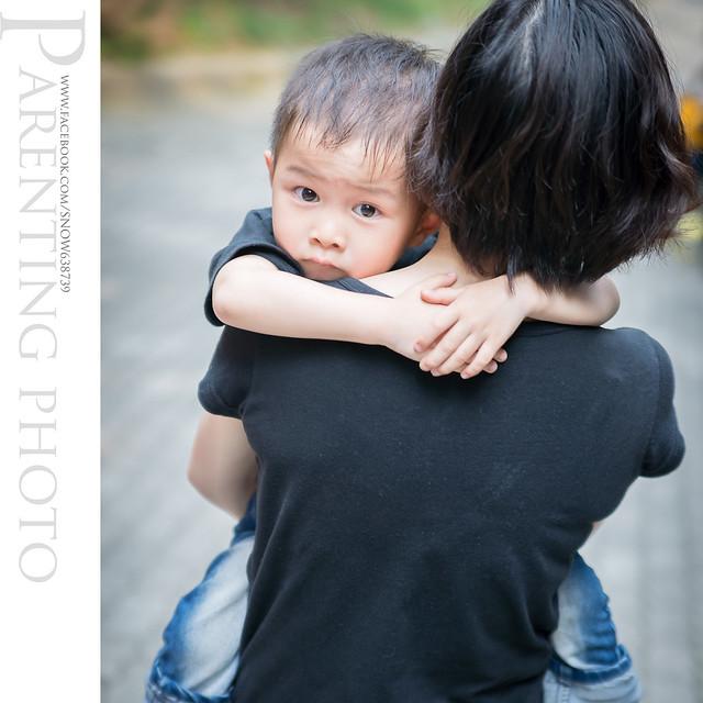 一直撒嬌討著要抱抱 嬌小的媽媽腰快斷囉......