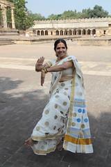 Posture de danse (Chemose) Tags: india architecture canon temple eos dance january danse 7d thanjavur hindu hinduism janvier tamilnadu danser inde southindia tanjore hindouisme danseur danseuse hindou indedusud