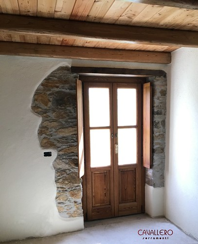 Portafinestra in legno con scuri interni