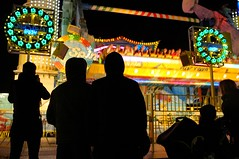 . (Le Cercle Rouge) Tags: paris france colors night couleurs silhouettes lunapark nuit 75012 humans foiredutrne topspin humains attractionpark strangenight wearethenight wwwlecerclerougecom noussommeslanuit lombredudoute