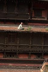 Durbar square, Kathmandu, Nepal (Bertrand de Camaret) Tags: wood nepal sculpture man window grass asia tour capital ngc kathmandu asie bois homme fenetre herbe nationalgeographic durbarsquare basantapur desherbage bertranddecamaret