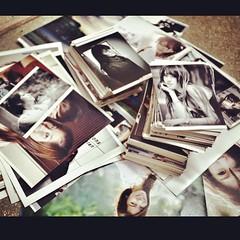 เมื่อก่อนชอบอัดรูปมาก #ชอบดูรูปจากกระดาษมากกว่าในจอ #ส่วนนึงเก็บในอัลบัม #ทั้งฟิล์มทั้งดิจิทัล #เก็บของในบ้าน #ตอนนี้ชักเยอะ #99.99%เป็นรูปคน #2000ใบ++ #จะทำยังไงกับมันดี #ไม่มีที่เก็บ