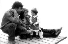 IMG_7933 (Pedro Montesinos Nieto) Tags: lake blancoynegro familia blackwhite nios girona padres fragile catalua ageofinnocence ternura lagodebaolas laedaddelainocencia estanydebanyoles amorpaternal frgiles lakesintheworld cataluaturistica