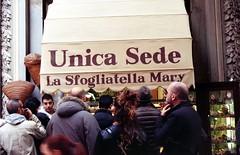 Sfogliatella Mary (nuamba) Tags: street people color film kodak napoli ricoh sfogliatella kr10x nuamba