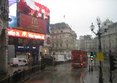 Lluvia en London. (agustincordoba_g) Tags: bus marketing lluvia publicidad circus cordoba agustin composicion picadilli