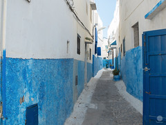 Ruelles (paul sudris) Tags: voyage mer soleil fuji village perspectives bleu morocco maroc fujifilm ruelle rue pcheur extrieur plage blanc x20 rabat ruelles