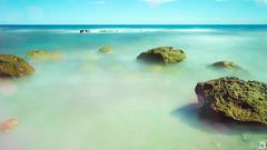 A l'ombra d'un mar ([Nelooo]) Tags: mar playa arena benicassim rocas piedras castelln lareneg