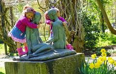 Geschwisterliebe ... Tivi und Anne-Moni ... (Kindergartenkinder) Tags: dolls himstedt annette ilce6000 sony essen park gruga kindergartenkinder tivi annemoni kind personen