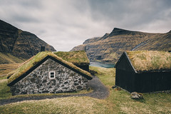 Saksun, Faroe Islands (Sunny Herzinger) Tags: travel roof sea mountains grass bay mood cottage fo faroeislands streymoy fujixpro2