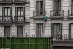 ACRBATAS (pmmrm61) Tags: barcelona street callejeando fachada contenedor obreros reparacin arreglos acrbatas secuenciafotogrfica pmmrm61