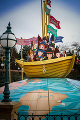 It's a Small World (k009034) Tags: world travel paris lamp beautiful canon children photography photo disneyland disney lamppost themepark disneylandparis funpark dlp disneylandresortparis disneylandresort beautifulearth