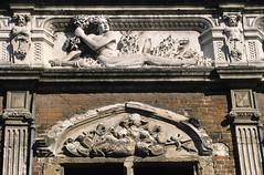 Aire-sur-la-Lys, bailliage, frise (Ytierny) Tags: sculpture france horizontal architecture pierre frise renaissance ville artois flandres edifice pasdecalais airesurlalys bailliage ytierny