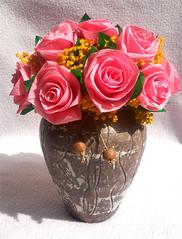 composizione floreale in vaso etnico
