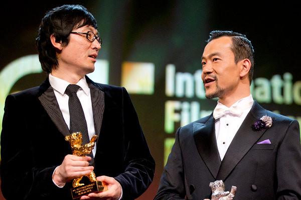 《白日焰火》导演刁亦男(左)获最佳影片金熊奖;廖凡获最佳男演员银熊奖。
