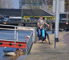 Die verschrikkelijke AH-tas (FaceMePLS) Tags: woman amsterdam nederland thenetherlands streetphotography jeans albertheijn vrouw straatfotografie damesfiets facemepls draagtas boodschappentas schoudertas nikond300 mooiesneakers