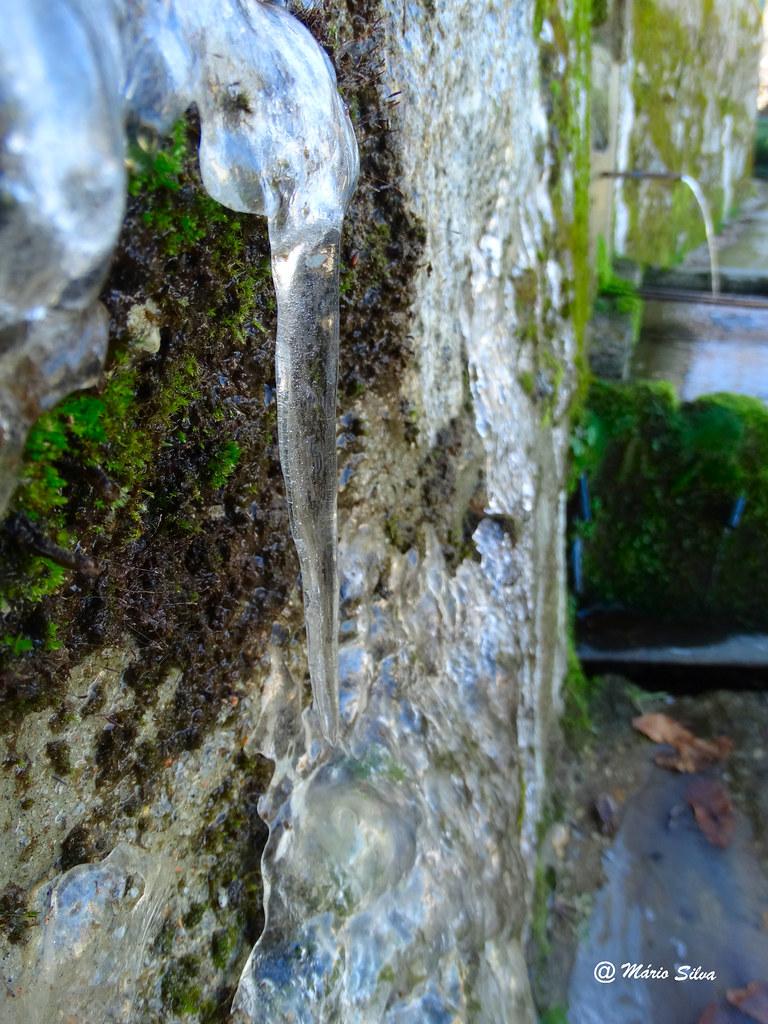 Águas Frias (Chaves) - ... brrrr ... que frio ... a água congela em pequenas estalactites ...