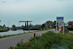 De Hoef (bcbvisser13) Tags: nederland eu tuin brug bloemen dorp weg huizen rivier wielrenner naambord provincieutrecht dehoef verkeerslichten krommemijdrecht derondevenen